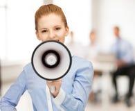 Επιχειρηματίας με megaphone στην αρχή Στοκ εικόνες με δικαίωμα ελεύθερης χρήσης