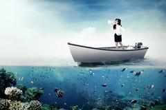 Επιχειρηματίας με megaphone στη βάρκα Στοκ φωτογραφίες με δικαίωμα ελεύθερης χρήσης