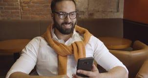 Επιχειρηματίας με Smartphone στον καφέ φιλμ μικρού μήκους