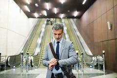 Επιχειρηματίας μπροστά από τις κυλιόμενες σκάλες σε έναν σταθμό μετρό Στοκ φωτογραφία με δικαίωμα ελεύθερης χρήσης