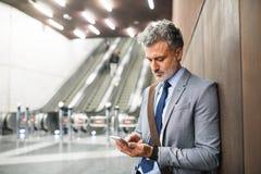 Επιχειρηματίας μπροστά από τις κυλιόμενες σκάλες σε έναν σταθμό μετρό Στοκ φωτογραφίες με δικαίωμα ελεύθερης χρήσης