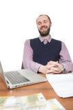 Επιχειρηματίας μπροστά από το γραφείο και το lap-top του Στοκ Εικόνες