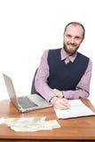 Επιχειρηματίας μπροστά από το γραφείο και το lap-top του Στοκ Φωτογραφίες