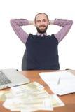 Επιχειρηματίας μπροστά από το γραφείο και το lap-top του Στοκ εικόνες με δικαίωμα ελεύθερης χρήσης