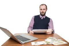 Επιχειρηματίας μπροστά από το γραφείο και το lap-top του Στοκ φωτογραφία με δικαίωμα ελεύθερης χρήσης