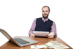 Επιχειρηματίας μπροστά από το γραφείο και το lap-top του Στοκ Φωτογραφία
