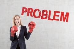Επιχειρηματίας μπόξερ που λύνει τα προβλήματα Στοκ εικόνα με δικαίωμα ελεύθερης χρήσης
