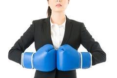 Επιχειρηματίας οργής που φορά τα εγκιβωτίζοντας γάντια Στοκ Φωτογραφία