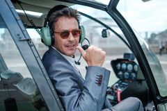 Επιχειρηματίας πίσω από το τιμόνι του ελικοπτέρου του στοκ φωτογραφία
