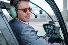 Επιχειρηματίας πίσω από το τιμόνι του ελικοπτέρου του στοκ εικόνες