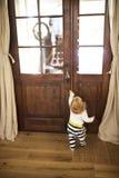 Επιχειρηματίας που έρχεται κατ' οίκον, λίγος γιος στην πόρτα που καλωσορίζει τον Στοκ Φωτογραφίες