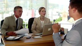 Επιχειρηματίας που έχει ένα ζεστό ποτό κατά τη διάρκεια μιας συνέντευξης εργασίας φιλμ μικρού μήκους
