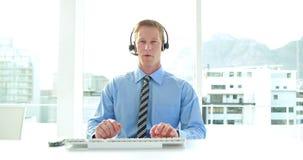 Επιχειρηματίας που έχει ένα τηλεφώνημα με την κάσκα στο τηλεφωνικό κέντρο φιλμ μικρού μήκους