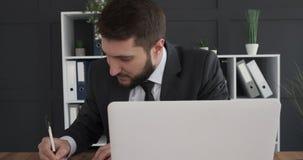 Επιχειρηματίας που έχει μια μεγάλη ιδέα στην εργασία φιλμ μικρού μήκους