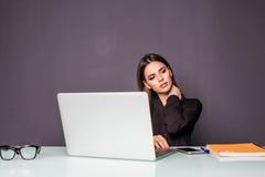 Επιχειρηματίας που έχει τον πόνο στο λαιμό της εργασία πόνου λαιμών Στοκ εικόνα με δικαίωμα ελεύθερης χρήσης