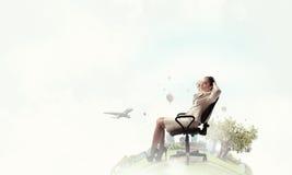 Επιχειρηματίας που έχει το υπόλοιπο στην καρέκλα Μικτά μέσα Στοκ φωτογραφία με δικαίωμα ελεύθερης χρήσης