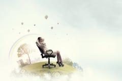 Επιχειρηματίας που έχει το υπόλοιπο στην καρέκλα Στοκ εικόνες με δικαίωμα ελεύθερης χρήσης