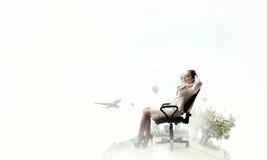 Επιχειρηματίας που έχει το υπόλοιπο στην καρέκλα Στοκ φωτογραφία με δικαίωμα ελεύθερης χρήσης
