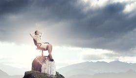 Επιχειρηματίας που έχει το υπόλοιπο στην καρέκλα Στοκ εικόνα με δικαίωμα ελεύθερης χρήσης