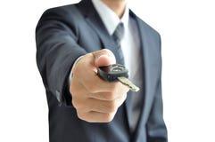 Επιχειρηματίας που δίνει ένα κλειδί αυτοκινήτων - πώληση αυτοκινήτων & έννοια ενοικίου Στοκ φωτογραφία με δικαίωμα ελεύθερης χρήσης