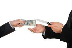 Επιχειρηματίας που δίνει τα χρήματα στο businessperson με το μαχαίρι Στοκ Φωτογραφίες