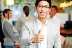 Επιχειρηματίας που δίνει τον αντίχειρα επάνω Στοκ Εικόνες