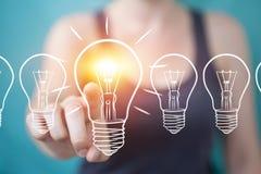 Επιχειρηματίας που αγγίζει και που κρατά ένα σκίτσο lightbulb με μια μάνδρα Στοκ εικόνες με δικαίωμα ελεύθερης χρήσης
