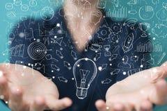 Επιχειρηματίας που αγγίζει και που κρατά το σκίτσο lightbulb Στοκ φωτογραφία με δικαίωμα ελεύθερης χρήσης