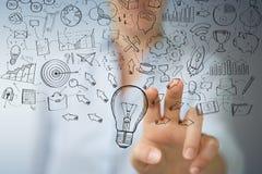 Επιχειρηματίας που αγγίζει και που κρατά το σκίτσο lightbulb Στοκ Εικόνα