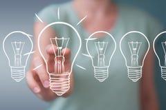 Επιχειρηματίας που αγγίζει και που κρατά ένα σκίτσο lightbulb με μια μάνδρα Στοκ φωτογραφία με δικαίωμα ελεύθερης χρήσης
