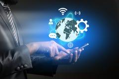 Επιχειρηματίας που αγγίζει στο smartphone τεχνολογίας με την επιχείρηση glob στοκ φωτογραφίες με δικαίωμα ελεύθερης χρήσης