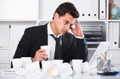 Επιχειρηματίας που αισθάνεται διψασμένος στο καυτό γραφείο Στοκ Εικόνα