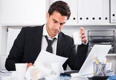 Επιχειρηματίας που αισθάνεται διψασμένος στο καυτό γραφείο Στοκ εικόνα με δικαίωμα ελεύθερης χρήσης