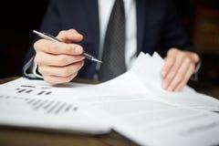 Επιχειρηματίας που αναθεωρεί τα οικονομικά έγγραφα Στοκ Εικόνες