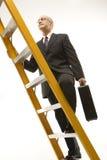 επιχειρηματίας που αναρριχείται στη σκάλα στοκ φωτογραφίες