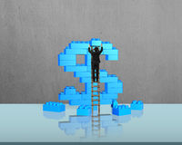 Επιχειρηματίας που αναρριχείται στη σκάλα που ολοκληρώνει το σωρό β μορφής σημαδιών δολαρίων Στοκ εικόνες με δικαίωμα ελεύθερης χρήσης