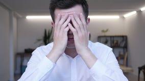 Επιχειρηματίας που ανατρέπεται από την απώλεια εργαζόμενος στην αρχή απόθεμα βίντεο