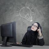 Επιχειρηματίας που ανατρέχει με το lightbulb Στοκ Εικόνα