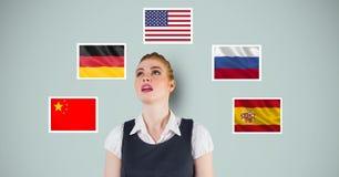 Επιχειρηματίας που ανατρέχει υπερασπιμένος τις διάφορες σημαίες στο μπλε κλίμα στοκ εικόνες