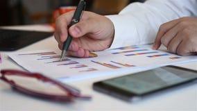 Επιχειρηματίας που αναλύει τα διαγράμματα αποθεμάτων φιλμ μικρού μήκους