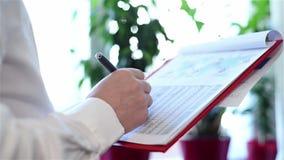 Επιχειρηματίας που αναλύει τα διαγράμματα επένδυσης φιλμ μικρού μήκους