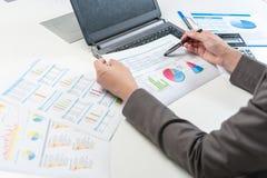 Επιχειρηματίας που αναλύει την έκθεση, έννοια επιχειρησιακής απόδοσης Στοκ εικόνες με δικαίωμα ελεύθερης χρήσης