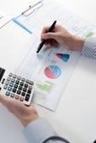 Επιχειρηματίας που αναλύει την έκθεση, έννοια επιχειρησιακής απόδοσης Στοκ Φωτογραφίες