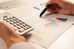 Επιχειρηματίας που αναλύει την έκθεση, έννοια επιχειρησιακής απόδοσης Στοκ Εικόνες