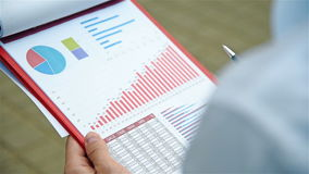 Επιχειρηματίας που αναλύει την έκθεση ξεκινήματος φιλμ μικρού μήκους