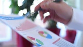 Επιχειρηματίας που αναλύει την έκθεση απόθεμα βίντεο
