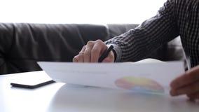Επιχειρηματίας που αναλύει τις γραφικές παραστάσεις φιλμ μικρού μήκους