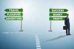 Επιχειρηματίας που αντιμετωπίζει τη σκληρή επιλογή στην εγχώρια ισορροπία εργασίας στοκ εικόνα