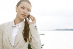 Επιχειρηματίας που απαντά στο τηλέφωνο κυττάρων υπαίθρια Στοκ Εικόνες