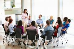 Επιχειρηματίας που απευθύνεται στην πολυπολιτισμική συνεδρίαση του προσωπικό γραφείου Στοκ φωτογραφία με δικαίωμα ελεύθερης χρήσης
